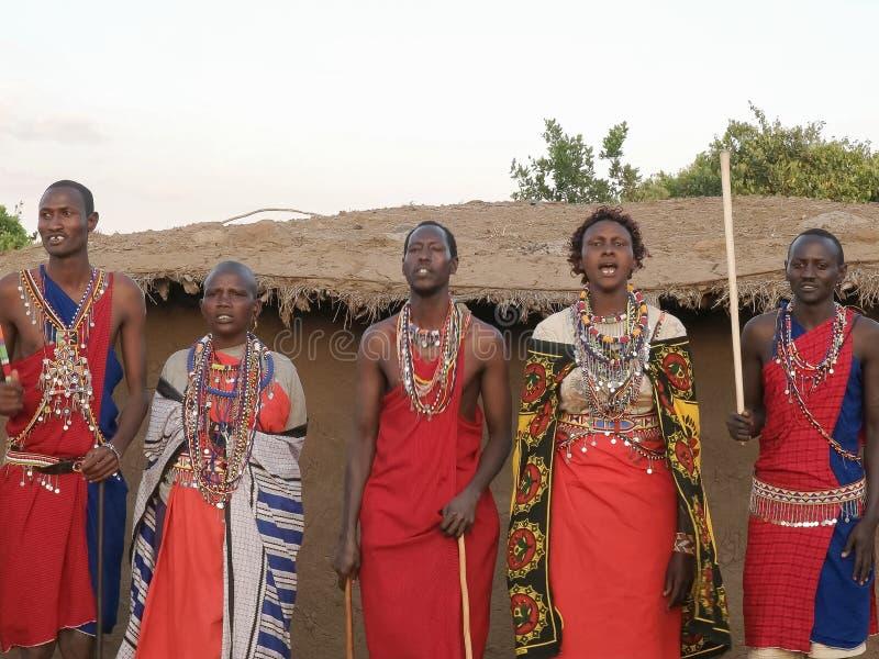NAROK, KENIA AGOSTO, 28, 2016: mujeres y hombres del maasai que cantan y que bailan imagen de archivo libre de regalías