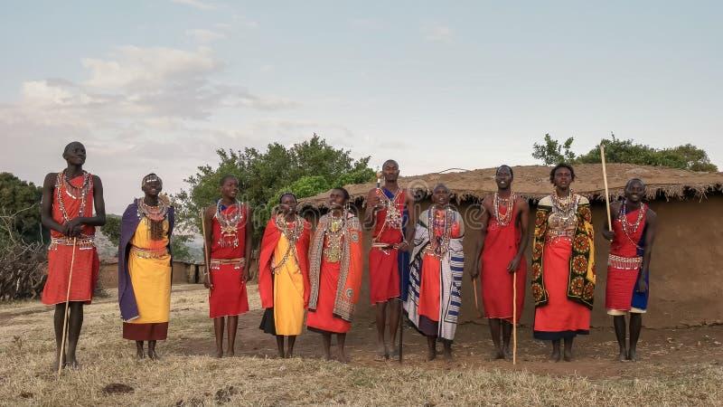 NAROK, KENJA SIERPIEŃ, 28, 2016: pięć maasai mężczyzn i kobiety śpiewają tana w parach wtedy fotografia stock
