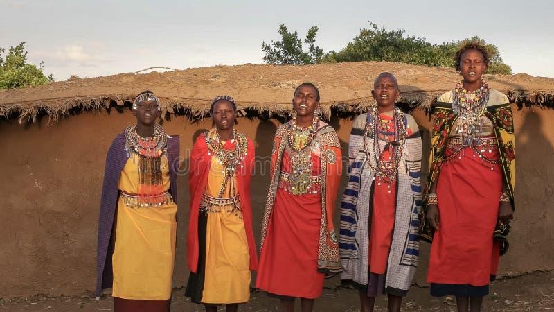 NAROK, KENYA AOÛT, 28, 2016 : cinq femmes de maasai chantant dans un village près de Mara photo libre de droits