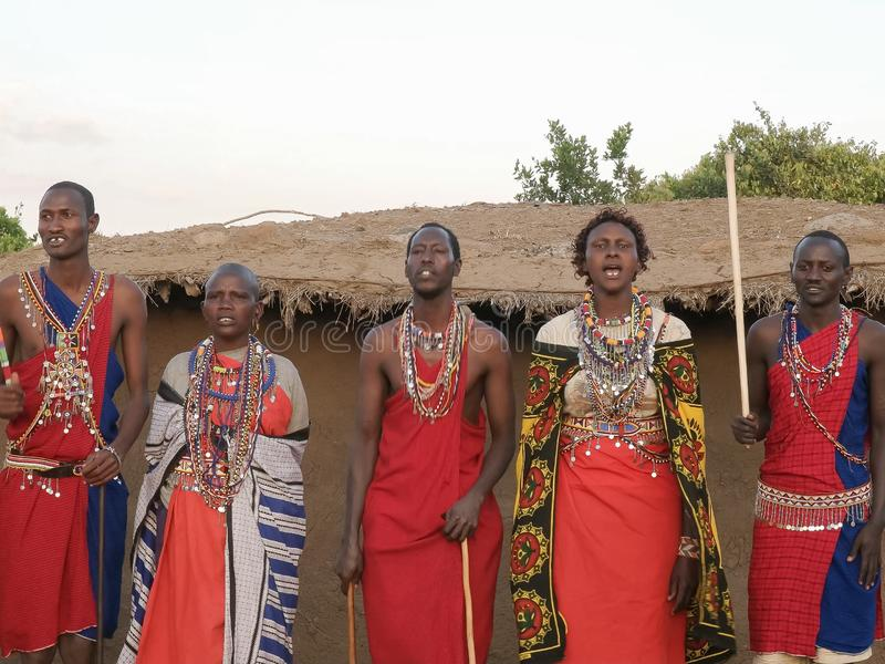 NAROK, KENYA AOÛT, 28, 2016 : femmes et hommes de maasai chantant et dansant image libre de droits