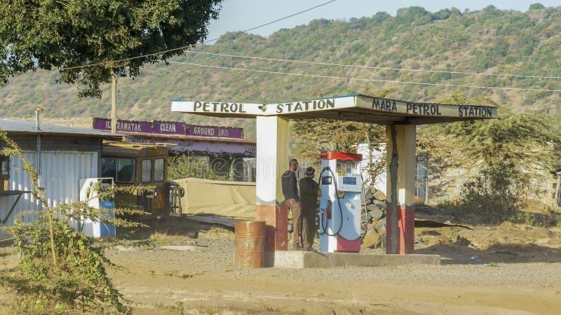 NAROK, KENYA AOÛT, 28, 2016 : un guide achète le carburant d'une station-service à Mara, Kenya photographie stock