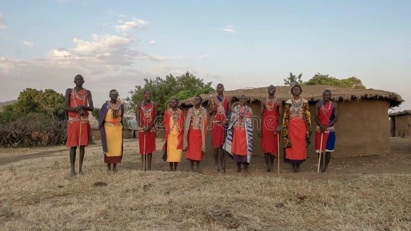 NAROK, KENYA AOÛT, 28, 2016 : vue large d'un groupe de chant de femmes et d'hommes de maasai image stock