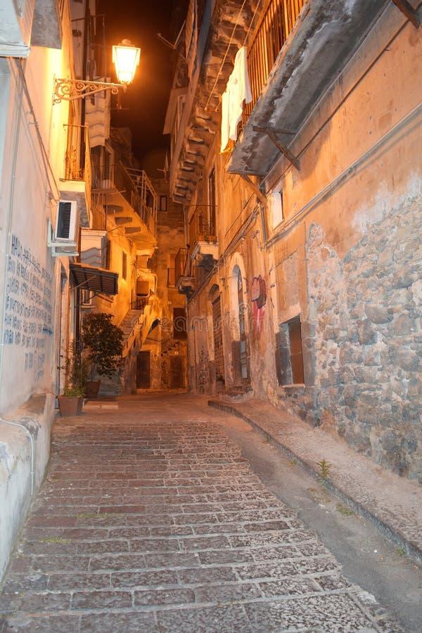 Narrow alley vid dusk i den gamla staden Catania, Italien royaltyfri foto