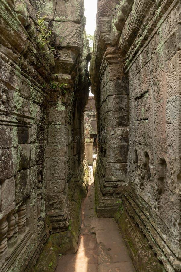 Narrow passage between leaning walls of temple royalty-vrije stock afbeelding