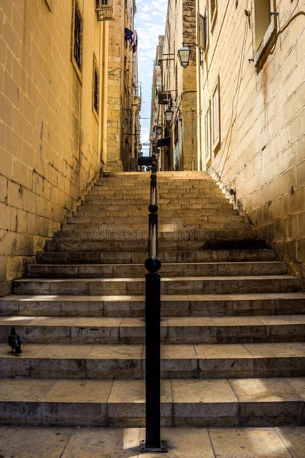 Narrow Street in Valletta, Malta stockbilder