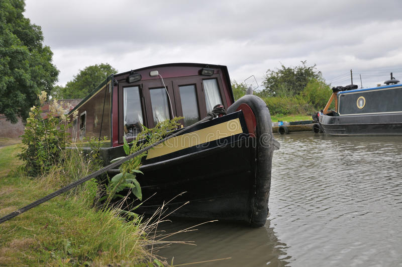 Narrowboat栓了在拉船路 免版税库存图片