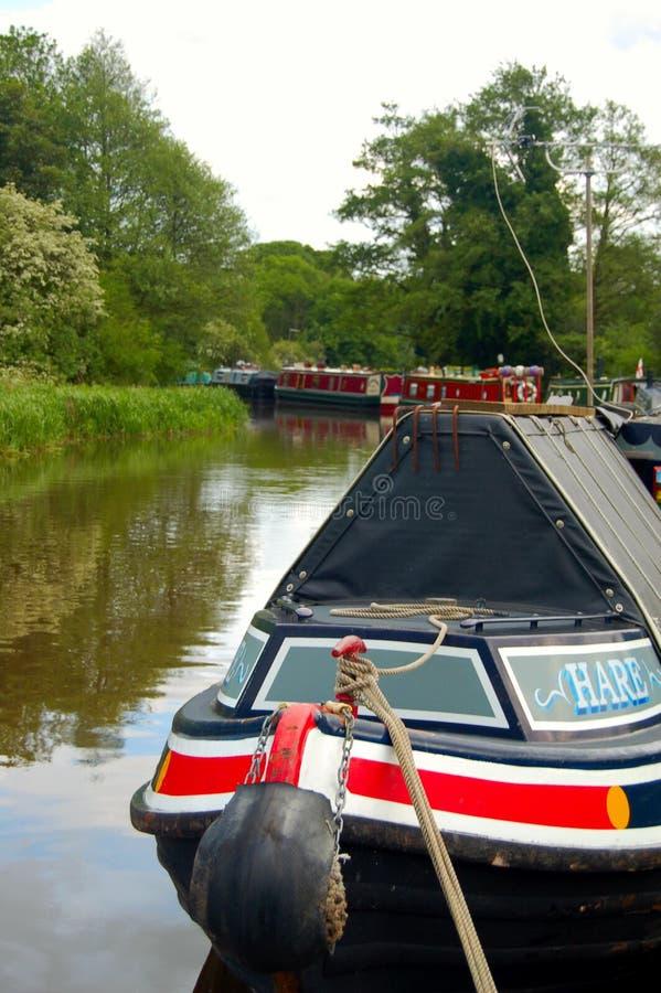 narrowboat причаленное каналом стоковые фотографии rf