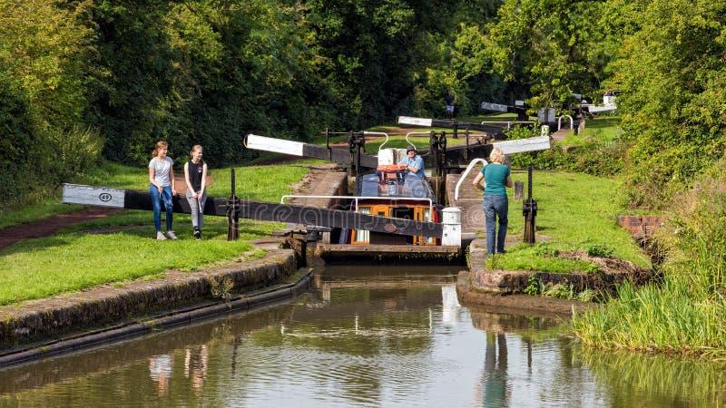 Narrowboat en canal de la cerradura, de Worcester y de Birmingham imagen de archivo libre de regalías