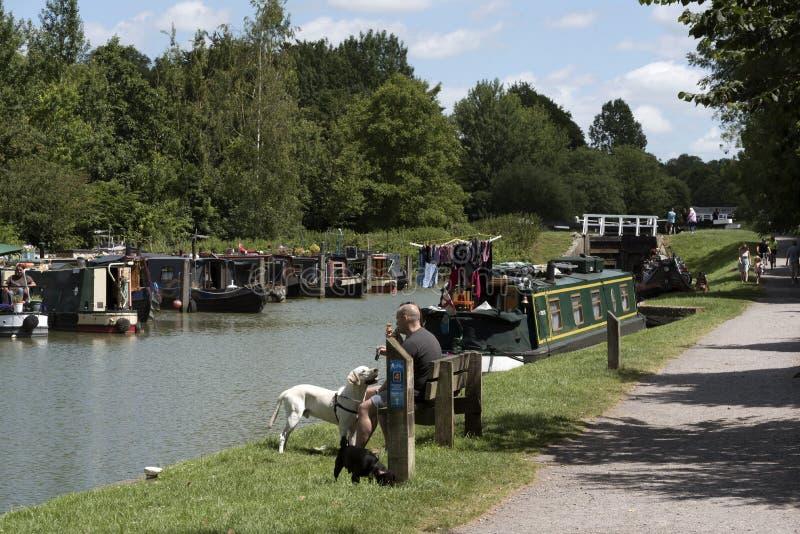Narrowboat förtöjning på Devizes Wiltshire UK fotografering för bildbyråer