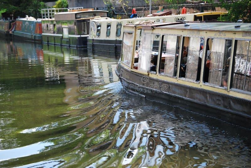 Narrowboat in het Kanaal van de Regent stock afbeelding