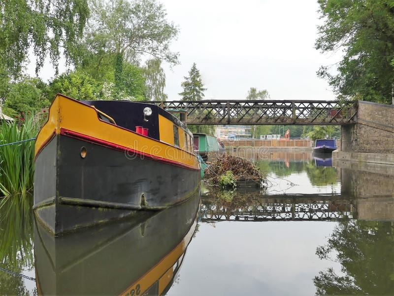 Narrowboat i den Rickmansworth kanalhandfatet, Hertfordshire, England, UK arkivbilder