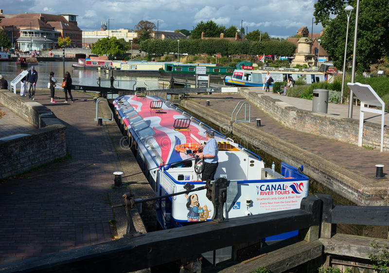 Narrowboat in Kanaalslot stock foto