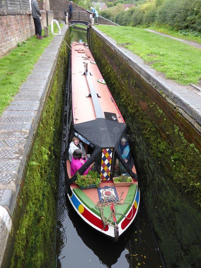 Narrowboat lungo del canale dentro la serratura fotografie stock libere da diritti
