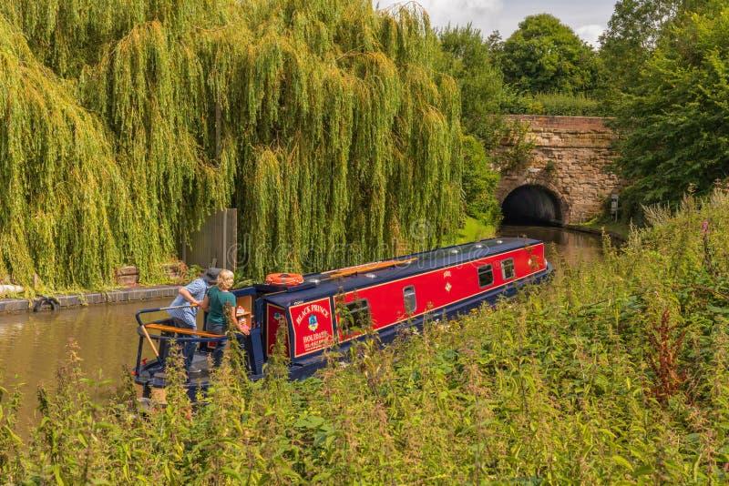 Narrowboat ongeveer om Tardebigge-Tunnel in te gaan royalty-vrije stock afbeeldingen
