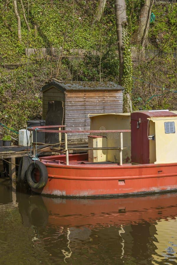 Narrowboat på förtöjningen royaltyfri bild