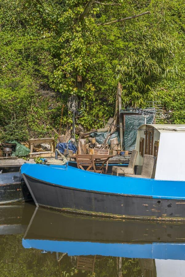 Narrowboat på förtöjningen royaltyfria foton