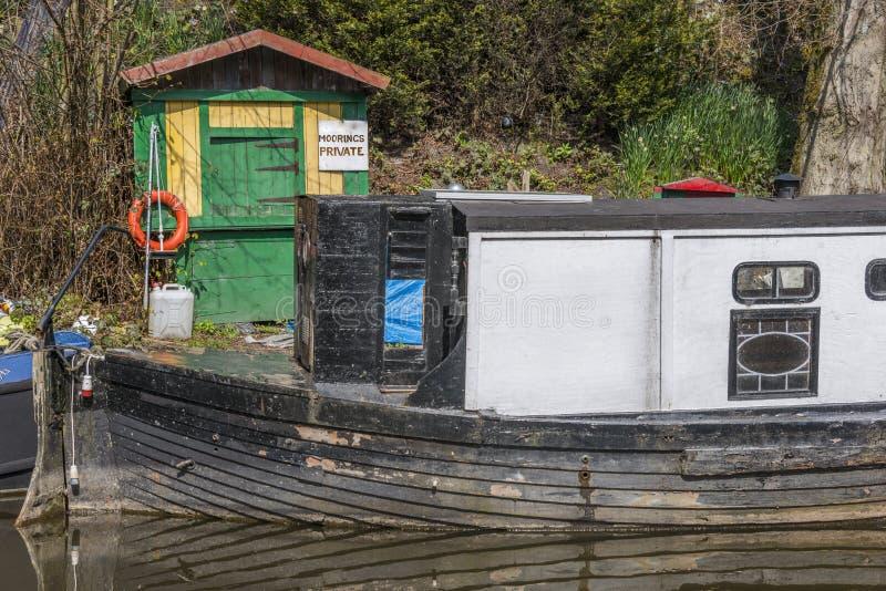 Narrowboat på förtöjningen arkivfoto