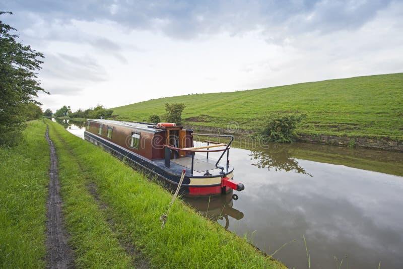 Narrowboat sur un canal britannique dans l'arrangement rural photo stock