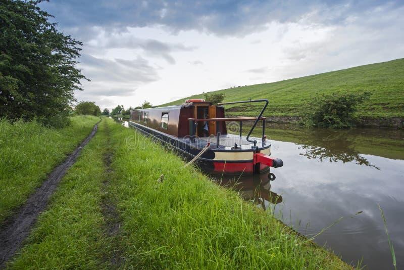 Narrowboat sur un canal britannique dans l'arrangement rural photos libres de droits