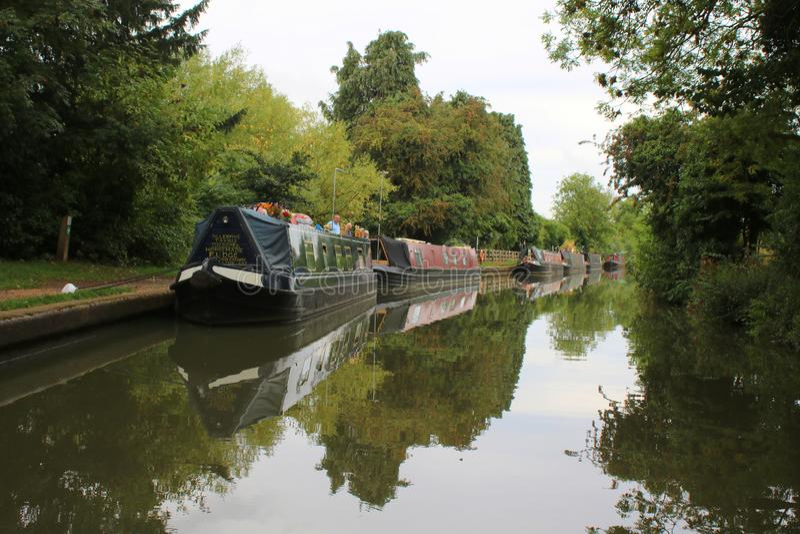 Narrowboats aan banken van Engels kanaal wordt vastgelegd dat royalty-vrije stock foto