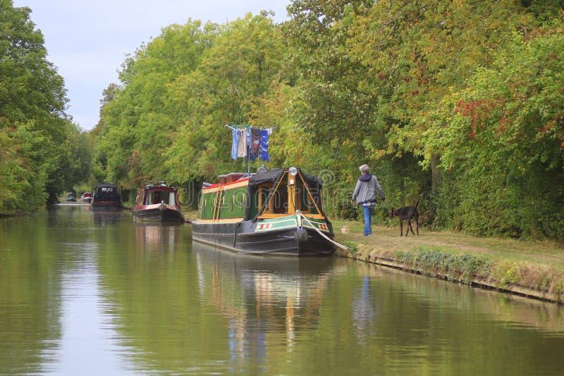 Narrowboats a amarré à côté du canal anglais image libre de droits