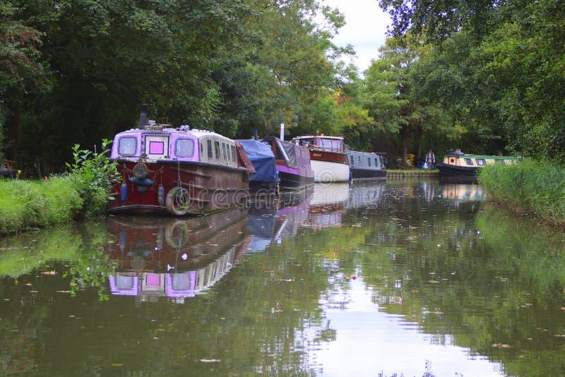 Narrowboats a amarré à côté du canal anglais photo libre de droits