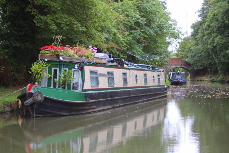Narrowboats a amarré à côté du canal anglais image stock