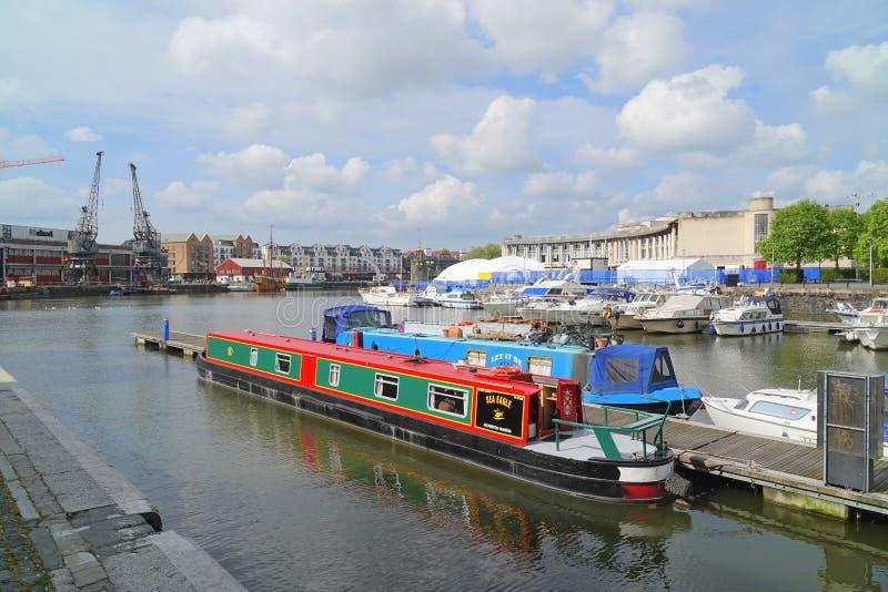 Narrowboats de canal amarrés dans le port de ville photographie stock libre de droits