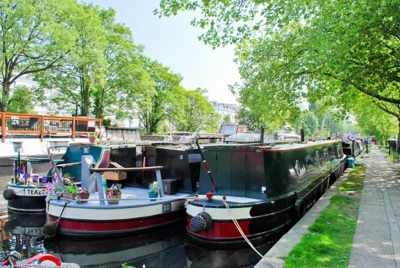 Narrowboats die in Weinig Venetië, Paddington wordt vastgelegd stock afbeeldingen