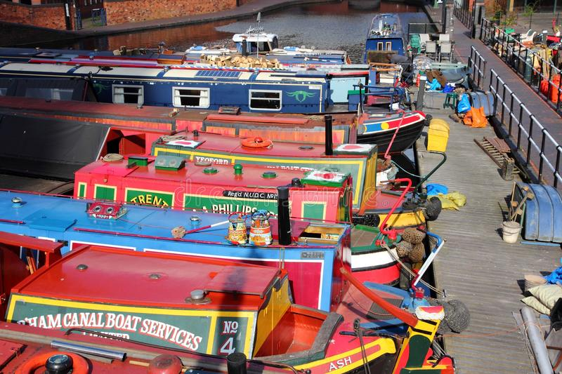 Download Narrowboats in England editorial photo. Image of building - 33446061