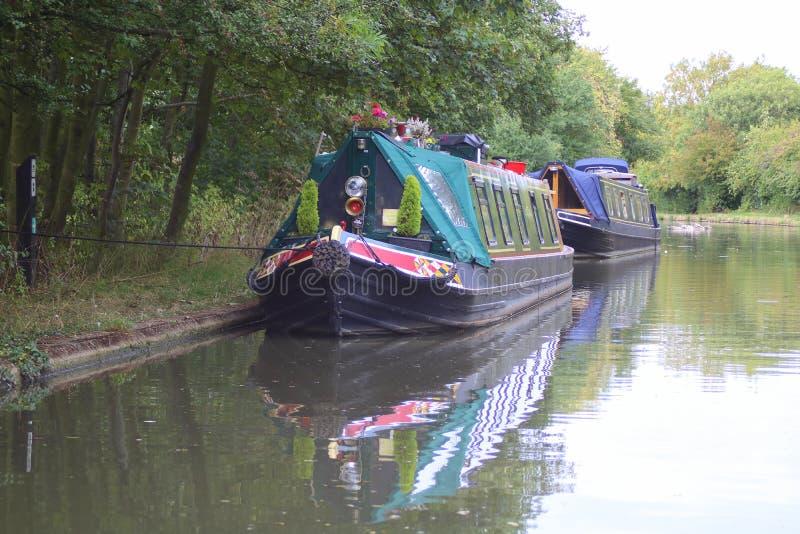 Narrowboats naast Engels kanaal wordt vastgelegd dat stock afbeeldingen