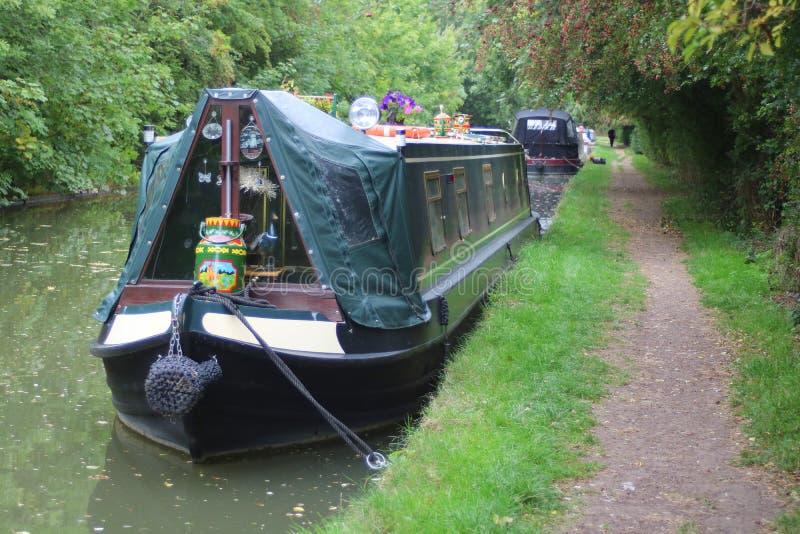 Narrowboats naast Engels kanaal wordt vastgelegd dat stock foto's