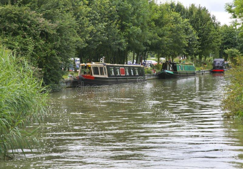 Narrowboats op het Grote Unie kanaal wordt vastgelegd dat stock fotografie