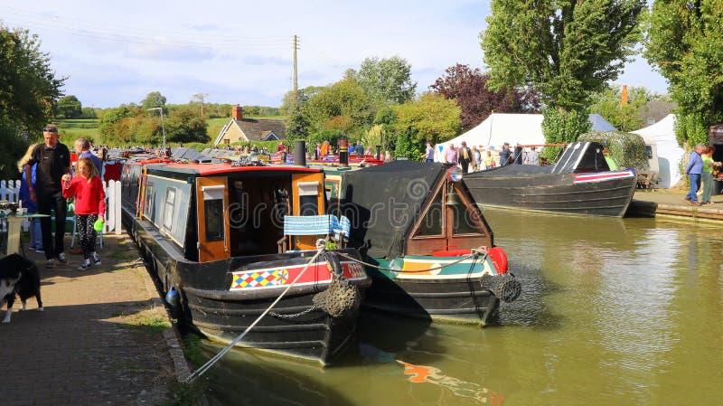 Narrowboats op kanaal in Engeland stock afbeeldingen
