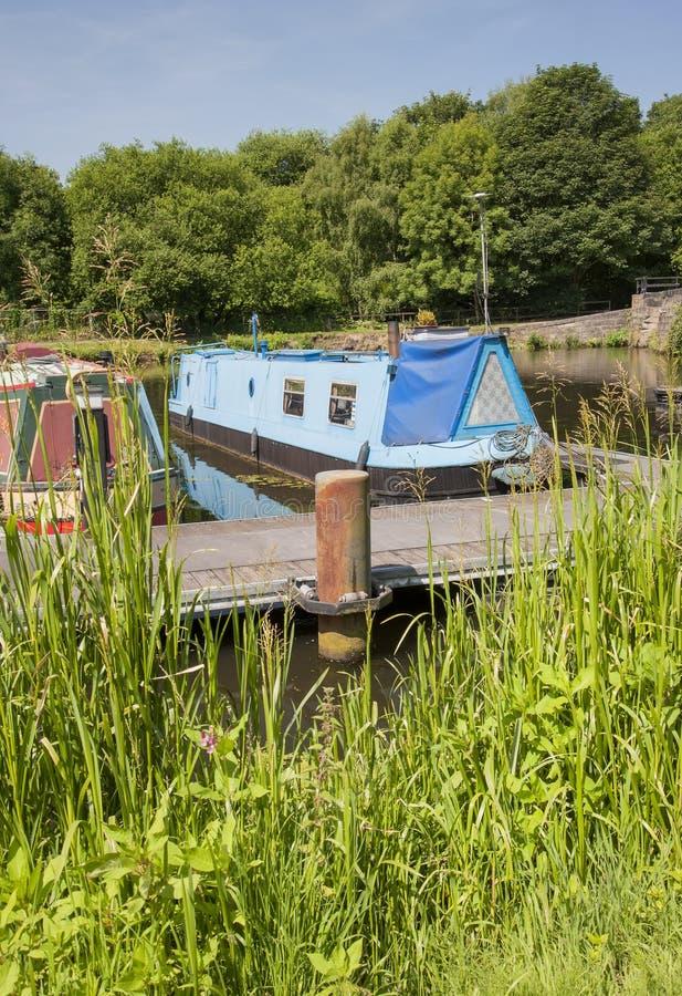 Narrowboats på kanalförtöjningen arkivbilder