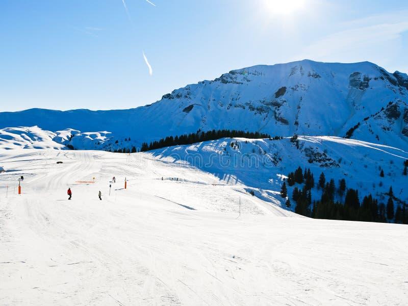 Narta biega na śnieżnych skłonach góry w słonecznym dniu fotografia stock