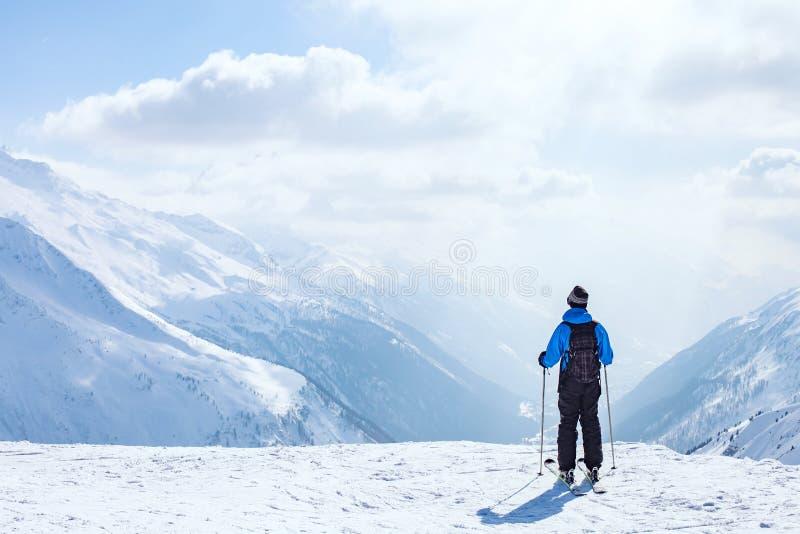 Narta wakacje, narciarstwa tło, narciarka w pięknym góra krajobrazie, zima wakacje obrazy stock
