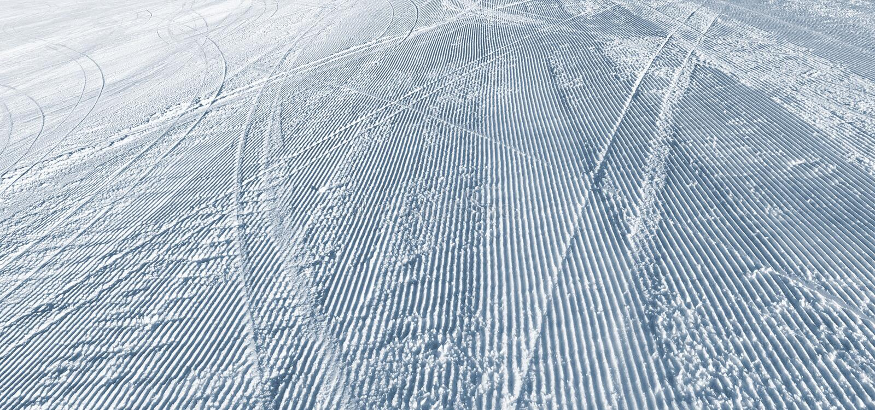 Narta wygina się na narciarskim skłonie obrazy royalty free