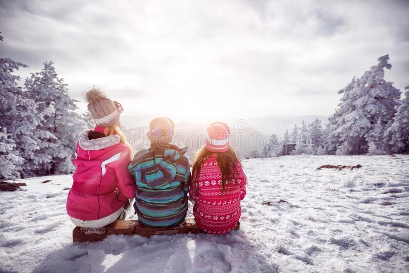 Narta, zima, śnieg i zabawa, - rodzinna cieszy się zima obrazy stock