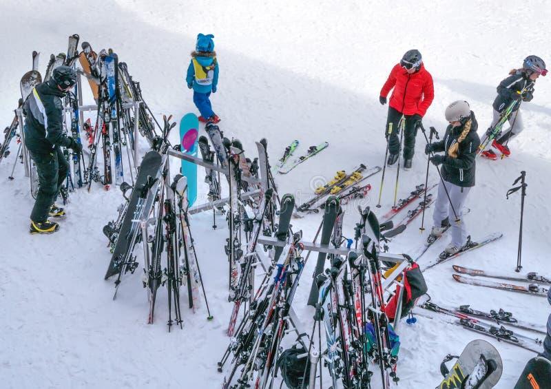 Narty i narciarscy słupy stoją przód restauracja Narciarki pójść gość restauracji ski park obraz royalty free