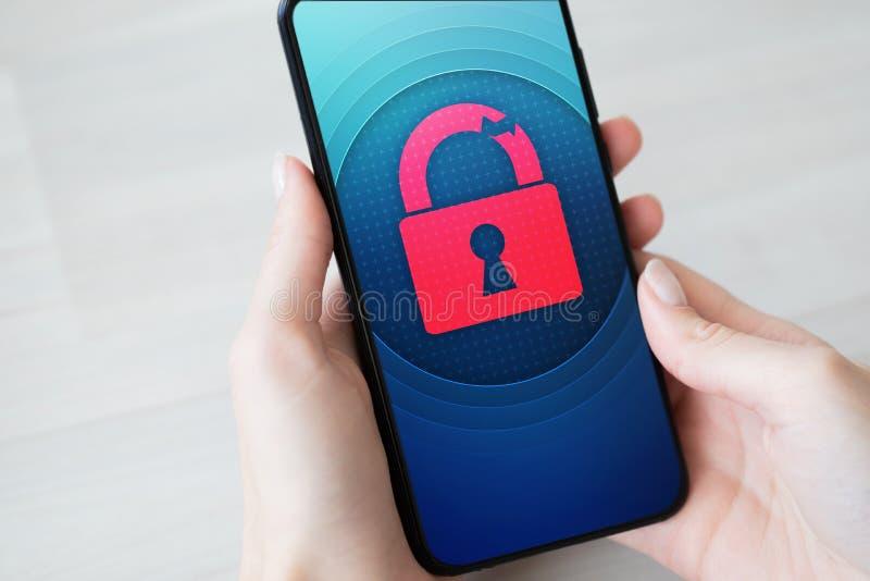 Naruszenie bezpiecze?stwa otwiera k??dki ikon? na telefonu kom?rkowego ekranie Cyber ochrony poj?cie obraz royalty free