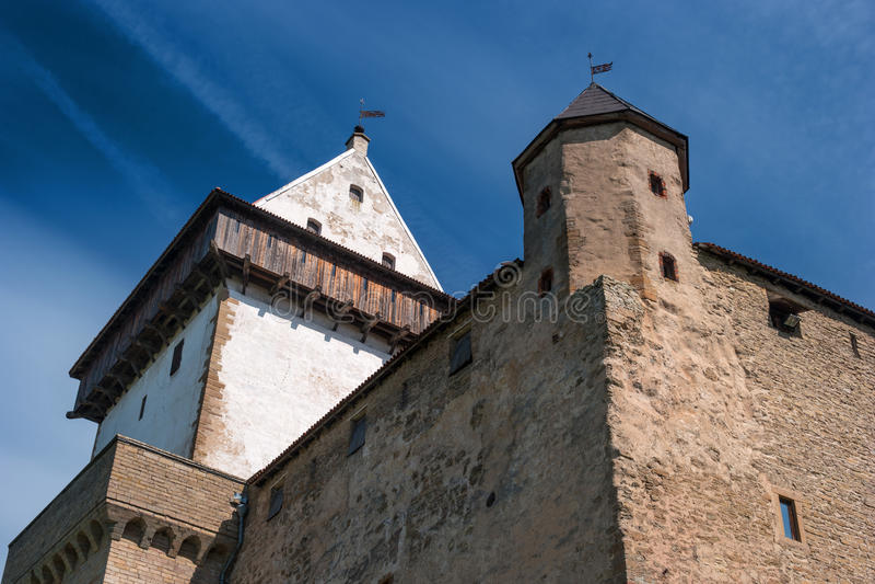 Narva, Estônia - Herman Castle nos bancos do rio, oposto à fortaleza de Ivangorod Close-up foto de stock