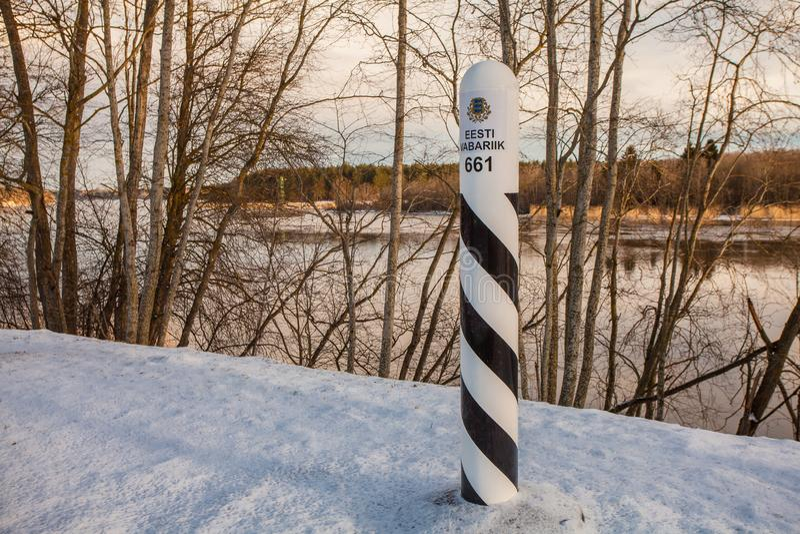 NARVA ESTLAND FEBRUARI 23, 2017: Estländsk gränsövergång på gränsen med Ryssland på den vänstra banken av floden Narva arkivbilder