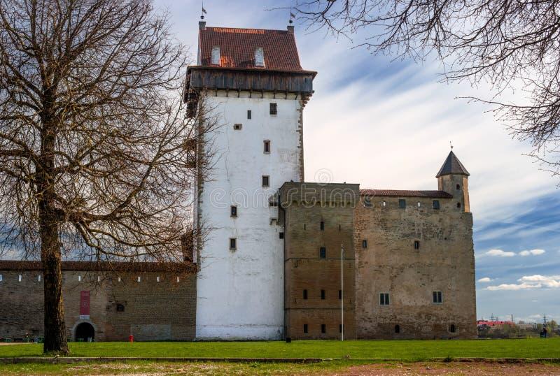 Narva Estland - Herman Castle på bankerna av floden, mitt emot den Ivangorod fästningen royaltyfri foto