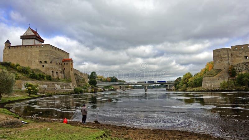 NARVA ESTLAND - 29 SEPTEMBER 2017: Hermann slott bro för gräns i för den Narva och Ivangorod fästningen near av Estland och Ryssl royaltyfria bilder