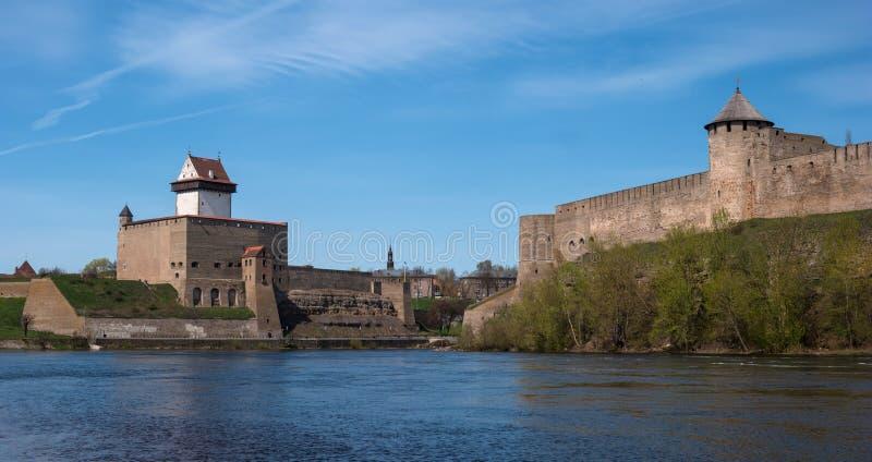 Narva Estland - sikt av Herman Castle och den Ivangorod fästningen på delen av den Narva floden arkivfoto