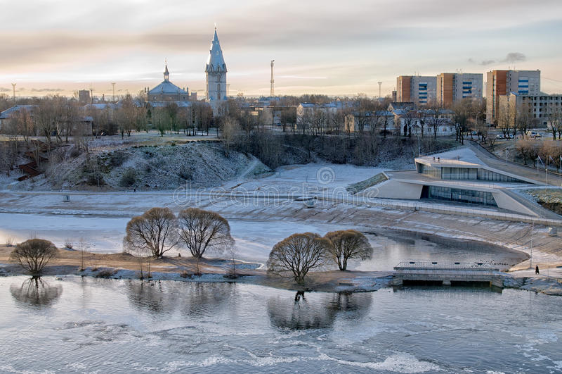 Narva estonia Aftonsikt av staden arkivbild