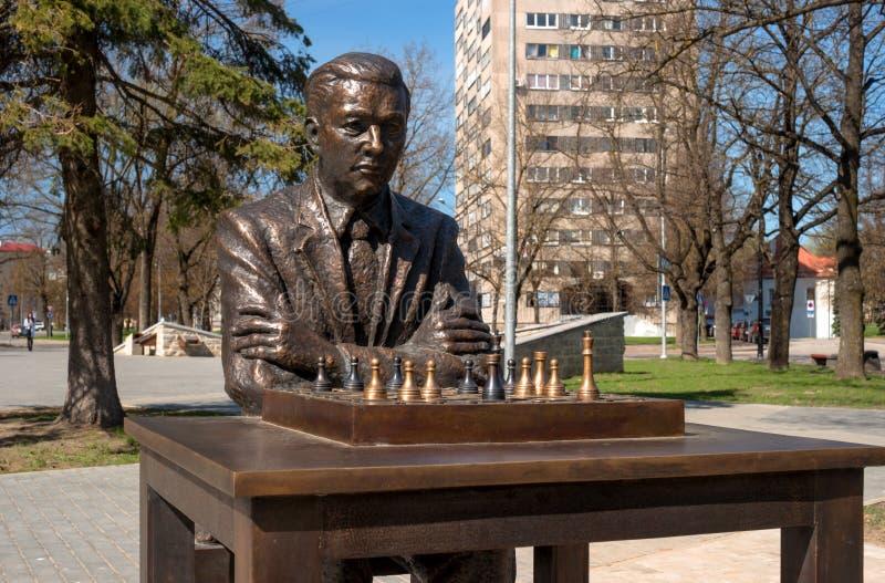 Narva, Estonia - 4 de mayo de 2016: monumento al jugador de ajedrez estonio famoso Paul Keres Instalado cerca del cuadrado de Pet fotos de archivo libres de regalías