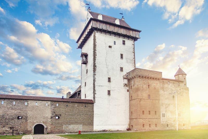 Narva, Estonia Fortaleza y castillo viejos, se?al en la regi?n b?ltica imagenes de archivo