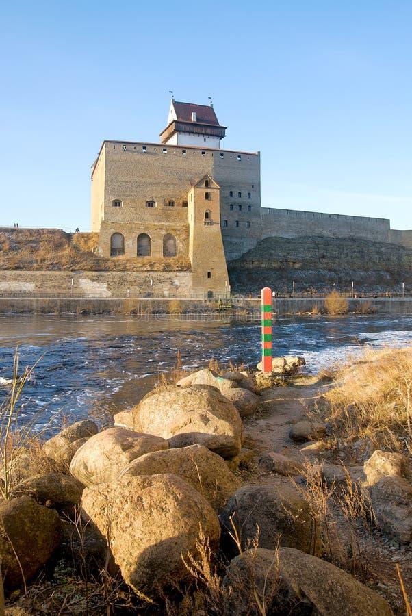 Narva estonia Hermann Castle på den Narva floden royaltyfria foton